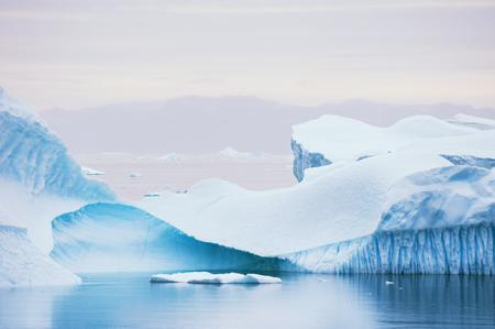 Grote blauwe ijsbergen die dichtbij het Saqqaq-dorp, westelijk Groenland drijven