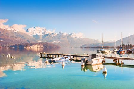 Annecy See (Lac d'Annecy) mit blauem klarem Wasser in den Alpenbergen, Frankreich