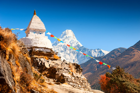 Buddhist stupa and view of Mount Ama Dablam in autumn Himalayas. Khumbu valley, Everest region, Nepal Banco de Imagens
