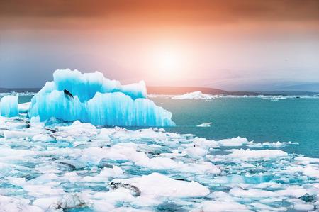 Blue icebergs in Jokulsarlon glacial lagoon at sunset, southern Iceland. Famous travel destination Stockfoto