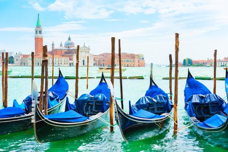 Gondeln auf dem Canal Grande in der Nähe des Markusplatzes in Venedig, Italien. Im Hintergrund die Kathedrale San Giorgio Maggiore