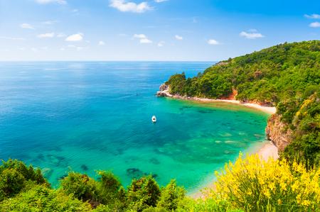 Hermosa playa de agua turquesa en Budva, Montenegro. Mar Adriatico. Destino de viaje famoso