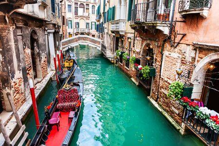 Malerischer Kanal mit Gondeln und alter Architektur in Venedig, Italien. berühmtes Reiseziel Standard-Bild
