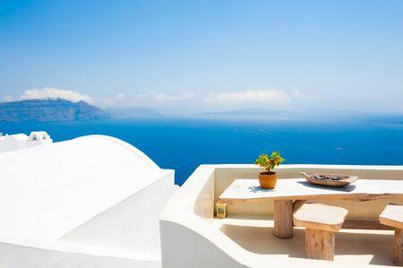 Weiße Architektur auf der Insel Santorini, Griechenland. Schöne Terrasse mit Meerblick. Reiseziele Konzept