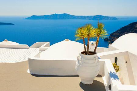 Weiße Architektur auf der Insel Santorini, Griechenland. Schöne Terrasse mit Meerblick. Berühmtes Reiseziel