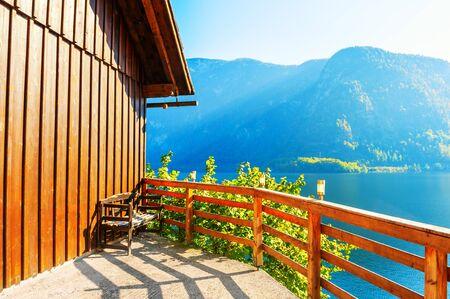 Beautiful terrace of the house on the shore of lake in Hallstatt, Austria. Beautiful autumn landscape 免版税图像 - 150171799