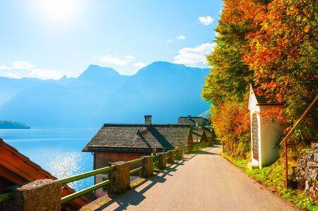 Street view in Hallstatt village, Alpine mountains, Austria. Beautiful autumn landscape. Famous travel destination 免版税图像 - 150171452