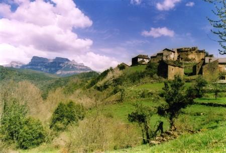 Ordinal: Little Village, typisches Haus in Pyren�en, Pineta-Tal, der Nationalpark Ordesa, B�ume, Wasser, verschneiten Bergen Lizenzfreie Bilder