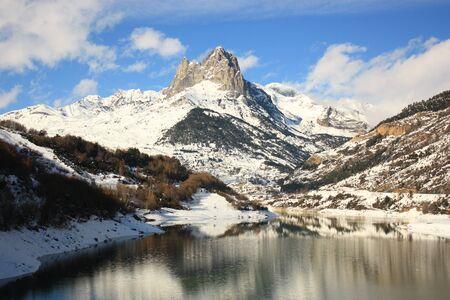 montañas nevadas: montañas cubiertas de nieve en Pirineos