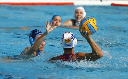 water polo: MATARO, ESPAÑA - 10 de abril de 2010: el agua no identificado jugador de polo en la acción durante el partido de las mujeres de la liga española entre el CN ??Mataró y Sant Andreu, marcador final 4-7.