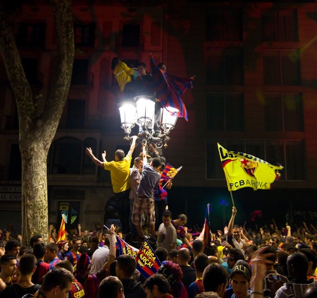 rambla: BARCELONA - MAY 11, 2011: Some supporters of FC Barcelona celebrate the Spanish League Championship victory in Catalunya square, Canaletes fountain and Rambla street.
