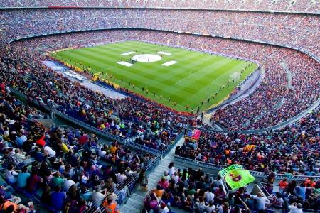 moltitudine: BARCELLONA, SPAGNA - 13 maggio 2011: i sostenitori non identificati FC Barcellona festeggiare la vittoria spagnola Championship League al Camp Nou stadio.
