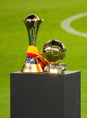 world player: BARCELONA - 15 de enero de 2012: FC Barcelona ofrece la Copa Mundial de Clubes (L) y el FIFA World Player Gold bal�n Trofeo a los partidarios, en el estadio Camp Nou. Editorial