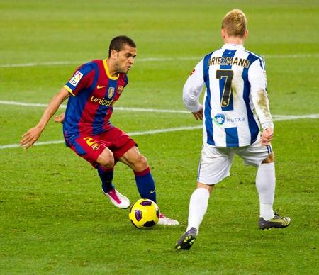 バルセロナ, スペイン - 2010 年 12 月 13 日: Dani Alves (L) スペイン サッカー リーグの間にアクション 5-0、カンプ ・ ノウ ・ スタジアムで FC バルセロナ