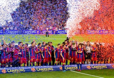 2011 年 5 月 15 日、バルセロナのカンプ ・ ノウ ・ スタジアムのスペイン リーグ優勝トロフィーを祝ってバルセロナ - 5 月 15 日: FC バルセロナの選手