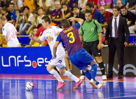 BARCELONE, ESPAGNE - 17 juin: Jordi Torras (R) dans l'action à l'espagnol de Futsal de la ligue match entre le FC Barcelone et El Pozo Murcia, score final 4-1, le 17 Juin 2012, à Barcelone, Espagne. Banque d'images - 14146055