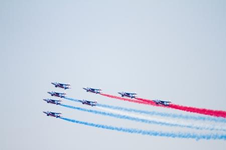 cel: BARCELLONA - 2 ottobre: ??i piloti non identificati della Patrouille de France eseguire acrobazie durante l'antenna piano espositivo Festa al Cel festival, il 2 ottobre 2011, a Barcellona, ??Spagna