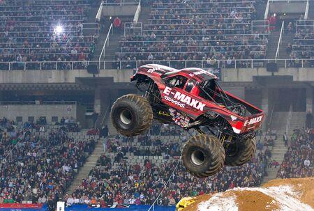 바르셀로나, 스페인 -11 월 12 일 : 프랭크 Krmel 스포츠 경기에서 2011 년 11 월 12 일에 괴물 잼 광경 중 E- 막스 몬스터 트럭 운전, 경기장, 바르셀로나, 스페