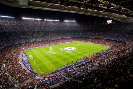 BARCELONA - SEPTEMBER 13: Crowd of people in Camp Nou stadium before the Champions League match between FC Barcelona and AC Milan, final score 2 - 2, on September 13, 2011, in Barcelona, Spain 에디토리얼