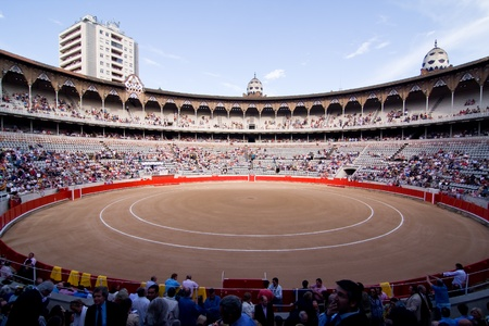 spanish bull: BARCELONA - JUNE 6: Crowd of people ready to see a corrida or bullfight, typical Spanish tradition where a torero kills a bull, on June 6, 2010, in Plaza Monumental, Barcelona, Spain Editorial