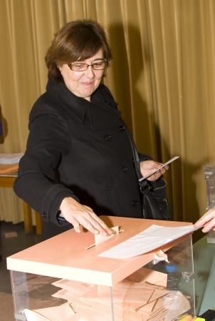 encuestando: Una mujer no identificada entrega su voto en un colegio electoral durante las elecciones generales espa�olas el 20 de noviembre de 2011 en Barcelona, ??Espa�a Editorial