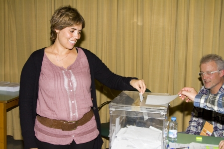 polling: An unidentified woman delivers his vote in a polling station during Spanish General Elections on November 20, 2011 in Barcelona, Spain