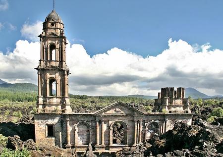 教会の San Juan Parangaricutiro メキシコ パリクティン溶岩流によって埋められる 写真素材