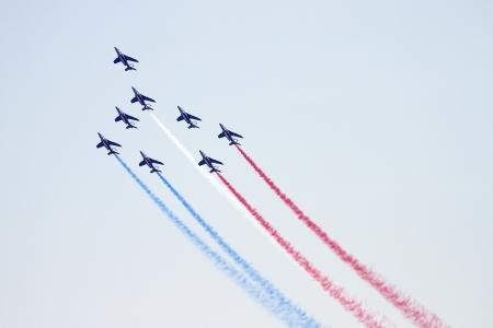 cel: I piloti non identificati della Patrouille de France eseguire acrobazie durante l'antenna piano espositivo Festa al Cel festival, il 2 ottobre 2011 a Barcellona, ??Spagna