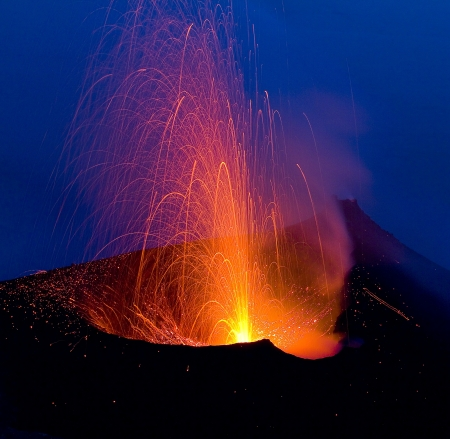 uitbarsting: Vulkaanuitbarsting in Stromboli, Italië Stockfoto