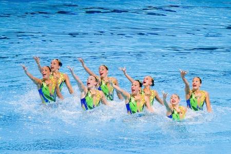 영국 팀은 2013 년 7 월 26 일 스페인 바르셀로나에서 15 번째 FINA 세계 선수권 대회의 동기화 된 수영 무료 루틴 결승에서 수행합니다 러시아는 금메달 스톡 콘텐츠 - 24706739