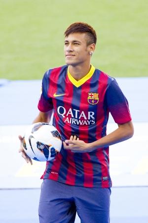 Neymar ジュニア、FC バルセロナの新しいプレーヤーのポーズを彼公式プレゼンテーション カンプ ・ ノウ ・ スタジアムで 2013 年 6 月 3 日、上でバル 報道画像