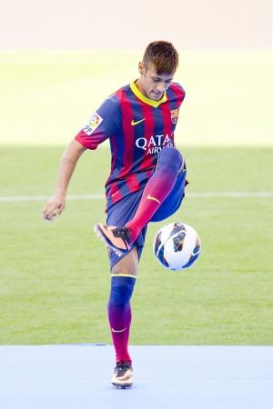 Neymar ジュニア、FC バルセロナの新しいプレーヤーは、バルセロナ、スペインでの 2013 年 6 月 3 日、カンプ ・ ノウ ・ スタジアムで彼の公式発表の中 報道画像