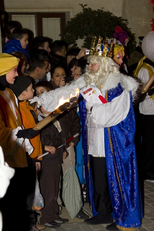 reyes magos: Melchor Rey en el desfile b�blico Magos Tres Reyes Magos, que dan juguetes a los ni�os es una celebraci�n espa�ola tradicional 5 enero de 2012 en Alella, Barcelona, ??Espa�a
