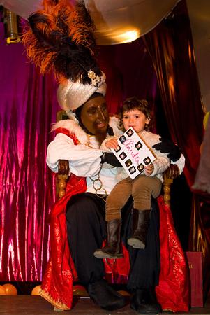 reyes magos: Balthazar Rey en el desfile b�blico Magos Tres Reyes Magos, que dan juguetes a los ni�os es una celebraci�n espa�ola tradicional 5 enero de 2012 en Alella, Barcelona, ??Espa�a