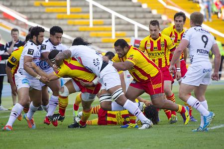 Sommige spelers in actie bij rugby Top14 Franse competitie match tussen USAP Perpignan en Toulon, de uiteindelijke score 31-46, op 19 april 2014 in Barcelona Olympisch stadion, Spanje