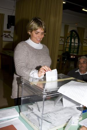 parlamentario: Una mujer no identificada entrega su voto en un colegio electoral durante las elecciones parlamentarias de Catalu�a, el 25 de noviembre de 2012 en Barcelona, ??Espa�a Editorial