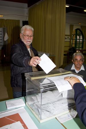 parlamentario: Un hombre no identificado entrega su voto en un colegio electoral durante las elecciones parlamentarias de Catalu�a, el 25 de noviembre de 2012 en Barcelona, ??Espa�a