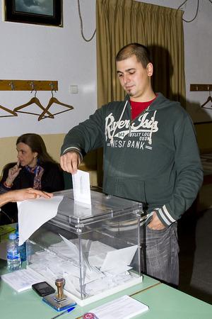 encuestando: Un hombre no identificado entrega su voto en un colegio electoral durante las elecciones parlamentarias de Catalu�a, el 25 de noviembre de 2012 en Barcelona, ??Espa�a