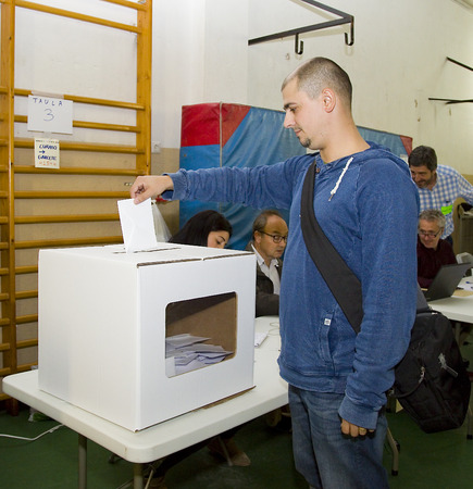 central government: Unidentified man votes in symbolic referendum on Catalonia independence, in defiance of the central government in Madrid, on November 9, 2014, in El Masnou, Barcelona, Spain