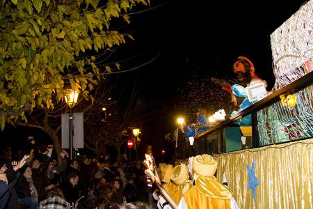 reyes magos: B�blica desfile Magos Reyes Magos, que dan juguetes a los ni�os. Es una celebraci�n espa�ola tradicional. 05 de enero 2012 en Alella, Barcelona, ??Espa�a Editorial