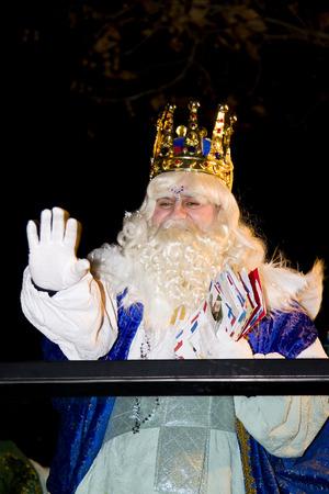 reyes magos: Melchor Rey en el desfile b�blico Magos Reyes Magos, que dan juguetes a los ni�os. Es una celebraci�n espa�ola tradicional. 05 de enero 2012 en Alella, Barcelona, ??Espa�a