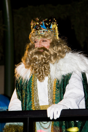 reyes magos: Caspar Rey en el desfile b�blico Magos Reyes Magos, que dan juguetes a los ni�os. Es una celebraci�n espa�ola tradicional. 05 de enero 2012 en Alella, Barcelona, ??Espa�a