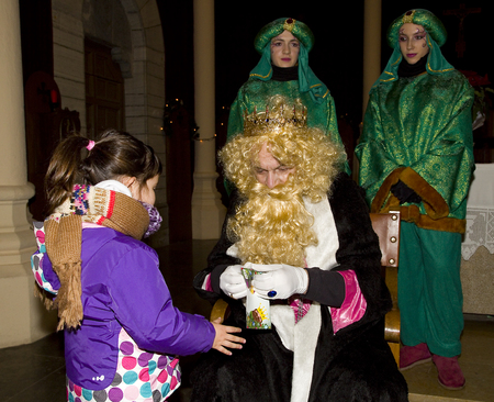 wise men: Caspar Re e bambina al corteo biblico dei Magi Re Magi, che danno i giocattoli ai bambini. � una festa tradizionale spagnola. 5 Gennaio 2014 a Barcellona, ??Spagna