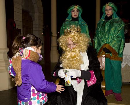 reyes magos: Caspar Rey y de la ni�a en el desfile b�blico Magos Reyes Magos, que dan juguetes a los ni�os. Es una celebraci�n espa�ola tradicional. 05 de enero 2014 en Barcelona, ??Espa�a
