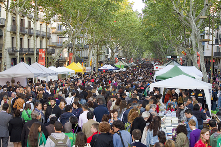 rambla: People in La Rambla during Diada de Sant Jordi or Saint George Day,  a famous Catalan celebration, on April 23, 2013, in Barcelona, Spain. Traditionally, men gave women roses, and women gave men a book