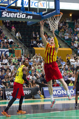 lampe: Maciej Lampe of FCB in action at Spanish ACB Basketball League match between Joventut Badalona and FC Barcelona final score 7480 on May 30 2015 in Badalona Spain Editorial
