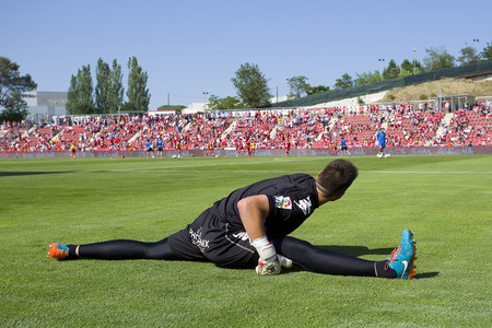 elongacion: El jugador no identificado antes del partido espa�ol Segunda Divisi�n de la Liga entre el Girona FC y el CD Lugo marcador final 1 1 el 07 de junio 2015 en Girona Espa�a