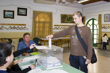 encuestando: El hombre no identificado emita su voto en un colegio electoral durante las elecciones del Parlamento Europeo, el 25 de mayo de 2014, en El Masnou, Barcelona, ??España Editorial