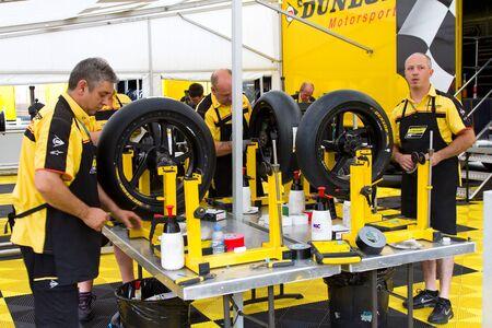 Des mécaniciens non identifiés réparant une moto dans le garage lors de la séance d'essais libres du Grand Prix MotoGP de Catalogne, le 3 juin 2011 à Barcelone, en Espagne. Éditoriale