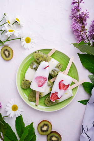 Ince-cream with strawberry and kiwi